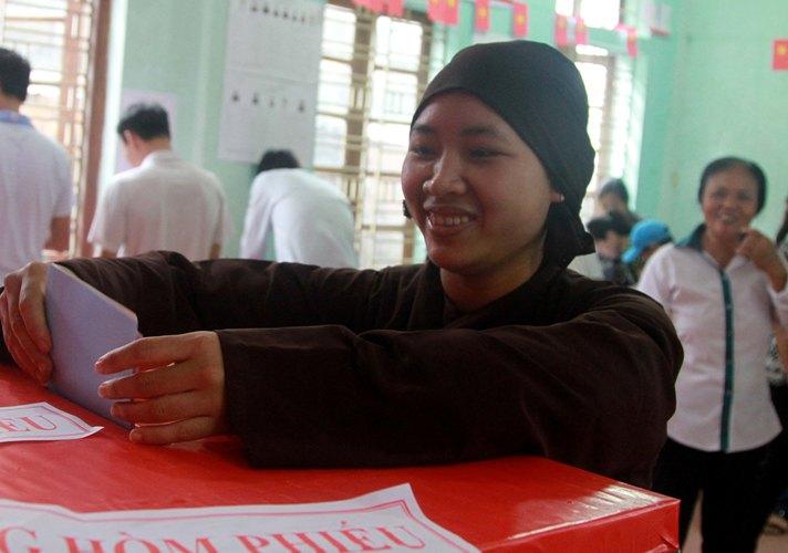 Phóng viên Việt Hoàng cho biết tại điểm bầu cử số 5 thuộc thôn Phú Nghĩa (xã Phú Kim, huyện Thạch Thất, Hà Nội)  từ 7 giờ sáng đã có đông đảo cử tri đến bỏ phiếu. Huyện Thạch Thất có 173 điểm bầu cử, trong đó xã Phú Kim có 8 điểm bầu cử và 6.840 cử tri.