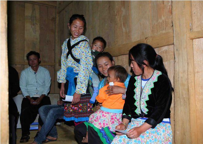Cử tri dân tộc Mông, bản Sáy San 3, xã Nùng Nàng, một trong những xã vùng sâu, vùng xa của huyện Tam Đường (Lai Châu) đã có mặt từ sớm để thực hiện quyền và nghĩa vụ công dân của mình tại điểm bỏ phiếu số 2.