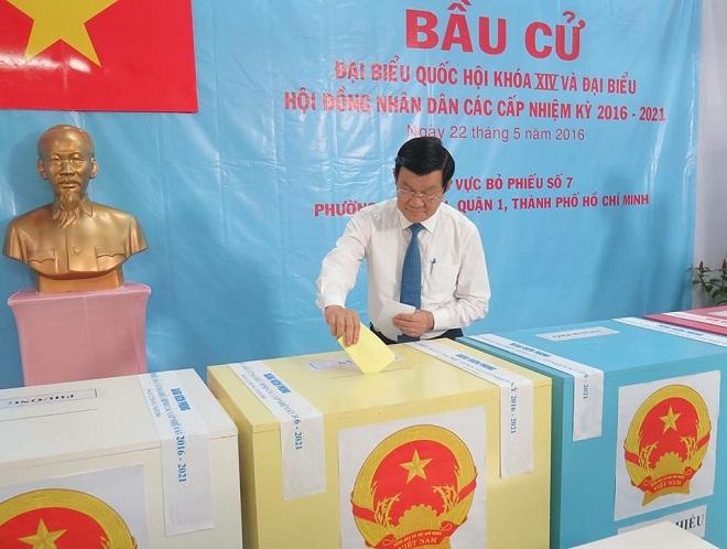 Phóng viên Lê Hiền cho biết nguyên Chủ tịch nước Trương Tấn Sang bỏ phiếu tại khu vực bỏ phiếu số 7, tổ bầu cử số 1, trường mầm non Hoa Quỳnh, phường Tân Định, quận 1, TP Hồ Chí Minh.