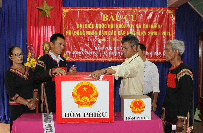 Đại diện ban bầu cử khu vực bỏ phiếu số 17 phường Tân Lợi, thành phố Buôn Ma Thuột kiểm tra, niêm phong hòm phiếu.