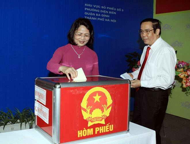 Tại khu vực bỏ phiếu số 5, phường Điện Biên, quận Ba Đình, Hà Nội, Phó Chủ tịch nước, Phó Chủ tịch Hội đồng bầu cử Quốc gia Đặng Thị Ngọc Thịnh đến bỏ phiếu bầu cử.