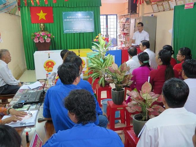 Công nhân thuộc công ty Ponyuen, quận Bình Tân, TP Hồ Chí Minh có mặt tại một điểm bầu cử của quận.