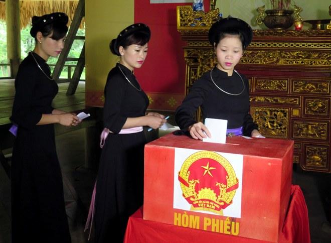 Cử tri thôn Tân Lập, xã Tân Trào, huyện Sơn Dương (Tuyên Quang) bỏ phiếu tại khu vực bỏ phiếu số 1.
