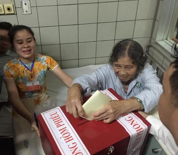 Phóng viên Nam Hoàng cho biết từ Bệnh viện Bạch Mai, nhiều bệnh nhân đã thực hiện bỏ phiếu ngay tại giường bệnh. Bệnh nhân Mai Thị Chính (SN 1939) bị bệnh khớp rất cảm ơn ban bầu cử đã giúp đỡ bệnh nhân được thực hiện quyền bầu cử.