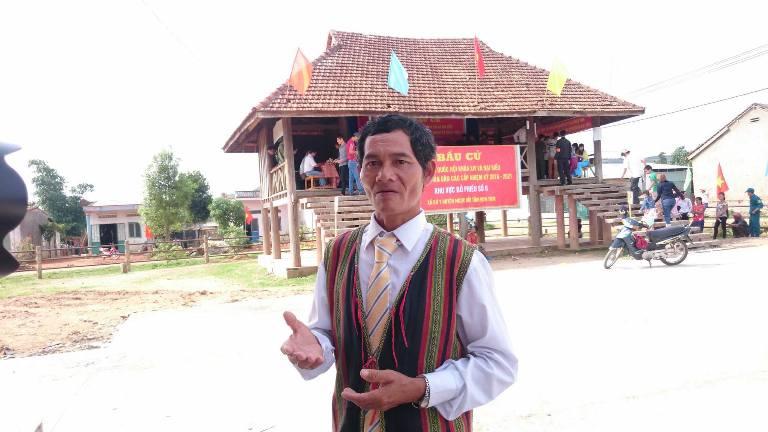 Phóng viên Viết Tôn cho biết, sau 2 giờ bỏ phiếu, đến 9h, cử tri làng Đắk Mế, xã Bờ Y,  huyện Ngọc Hồi (Kon Tum) đã đi bầu cử đạt gần 100%. Ông Thao Lợi, dân tộc Bờ Râu, trưởng làng Đắk Mế, xã Bờ Y kỳ vọng: