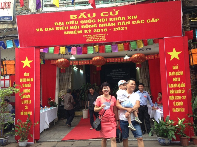 Gia đình anh Nguyễn Chí Dũng, sinh năm 1971, trú tại số nhà 78A Hàng Bồ cùng gia đình tham gia bầu cử khu vực bỏ phiếu số 1, phường Hàng Bồ, quận Hoàn Kiếm, Hà Nội