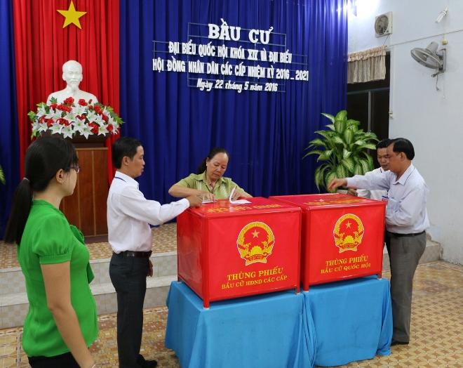 Cử tri đi bỏ phiếu tại tổ bầu cử số 4, phường 3, thành phố Bạc Liêu.