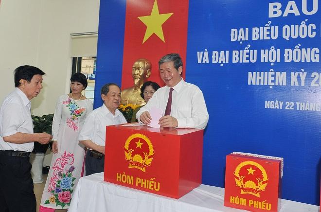 Tại tổ bầu cử số 2, phường Khương Trung, quận Thanh Xuân, Hà Nội, đồng chí Đinh Thế Huynh, Ủy viên Bộ Chính trị, Thường trực Ban Bí thư đến bỏ phiếu bầu cử.
