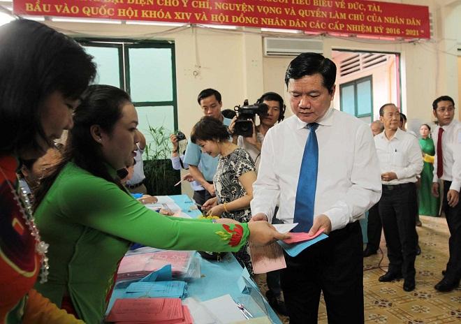 Ủy viên Bộ Chính trị, Bí thư Thành ủy TP Hồ Chí Minh Đinh La Thăng đến bỏ phiếu tại khu vực bỏ phiếu số 51, phường 7, quận 3, TP Hồ Chí Minh.