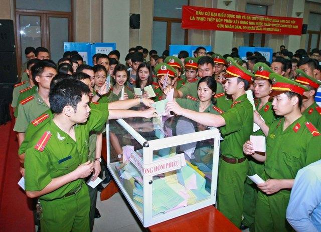 Lãnh đạo Bộ Công an và cán bộ, chiến sĩ lực lượng Công an nhân dân đến bỏ phiếu bầu cử đại biểu Quốc hội khóa XIV và đại biểu Hội đồng nhân dân các cấp nhiệm kỳ 2016 - 2021 tại khu vực bỏ phiếu số 8, phường Trần Hưng Đạo, quận Hoàn Kiếm, Hà Nội.