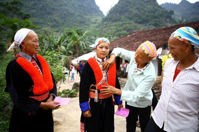 Cử tri tỉnh Cao Bằng trong trang phục dân tộc truyền thống, phấn khởi rủ nhau đi bầu cử tại tổ bầu cử số 1, xã Thái Học, huyện Nguyên Bình (Cao Bằng).