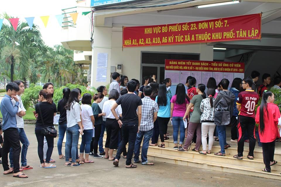 Ghi nhận của phóng viên Đan Phương lúc 10 giờ 30 tại điểm bầu cử ở Khu vực ký túc xá Đại học Quốc gia Thành phố Hồ Chí Minh, dù trời mưa nhưng các sinh viên vẫn đứng xếp thành hàng dài chờ đợi để được bỏ phiếu. Tình hình an ninh ở khu vực cũng khá ổn định, sinh viên xếp hàng trật tự và được sự hướng dẫn của đội ngũ nhân viên phục vụ bầu cử.