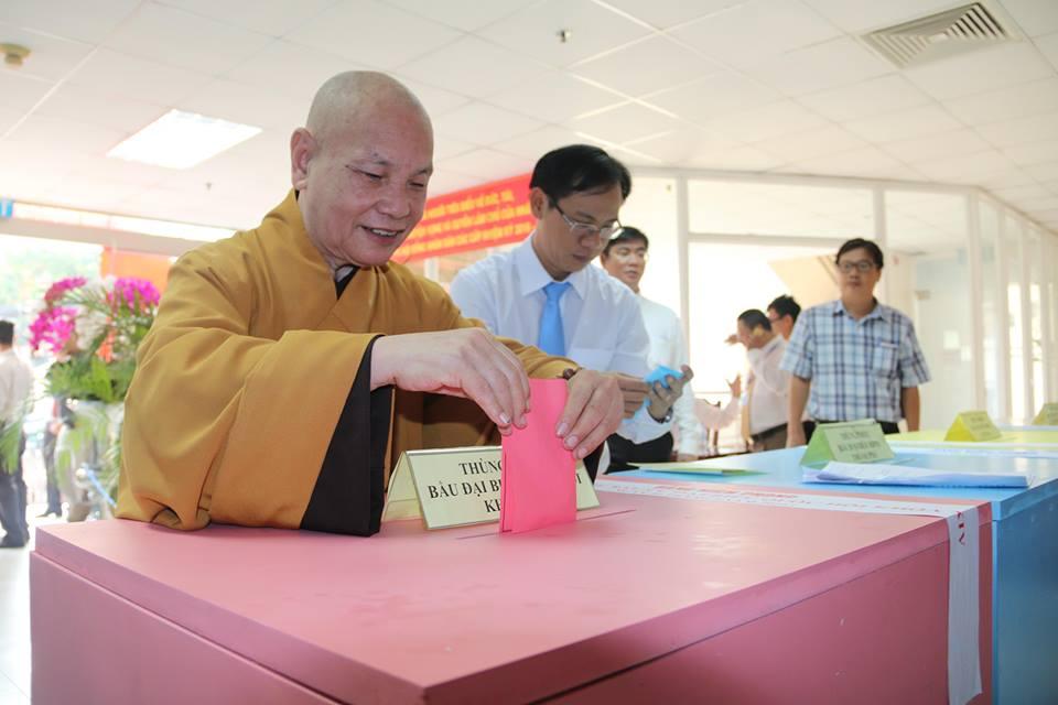 Từ khoảng 6 giờ sáng, Hòa thượng Thích Thiện Nhơn, Chủ tịch Hội đồng trị sự Trung ương Giáo hội Phật giáo Việt Nam, Phó Chủ tịch Ủy ban Trung ương MTTQ Việt Nam cùng các tăng ni ở chùa Minh Đạo đã tới khu vực bầu cử số 60 (phường 9, quận 3, TP. Hồ Chí Minh) để bầu cử.