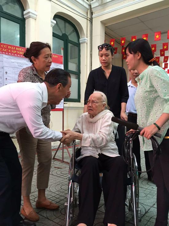Bà Ngô Thị Huệ, phu nhân cố Tổng bí thư Nguyễn Văn Linh, năm nay đã 99 tuổi vẫn cố gắng đến điểm bỏ phiếu tại phường 7, quận 3, TP.HCM.