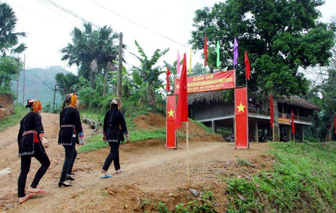 Đồng bào dân tộc Dao thôn 8 xã Tân Đồng, huyện Trấn Yên, tỉnh Yên Bái nô nức đi bỏ phiếu.