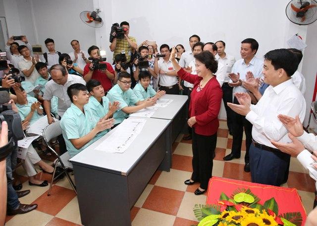 Ngay sau khi bỏ phiếu bầu cử đại biểu Quốc hội khóa XIV và đại biểu HĐND các cấp nhiệm kỳ 2016 - 2021, Ủy viên Bộ Chính trị, Chủ tịch Quốc hội, Chủ tịch Hội đồng bầu cử Quốc gia Nguyễn Thị Kim Ngân đã đi giám sát, kiểm tra công tác bầu cử ở các tổ bỏ phiếu trên địa bàn Thủ đô Hà Nội.