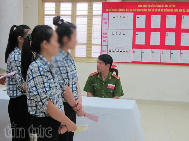 Cử tri là người bị tạm giam, tạm giữ tại trại tạm giam số 1, công an thành phố Hà Nội với lá phiếu bầu trên tay.