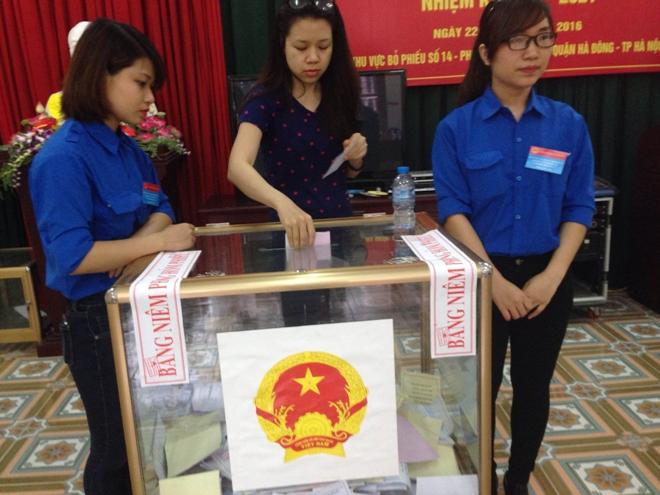 Người dân nô nức đi bầu cử tại điểm bầu cử Nhà văn hóa tổ 17, phường Kiến Hưng, Hà Đông.