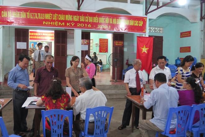 Cử tri đi bầu cử tại khu vực bỏ phiếu tổ 6,7,8,9 phường Phương Lâm, thành phố Hòa Bình, tỉnh Hòa Bình.