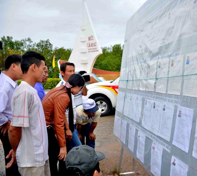 Đông đảo cử tri xã Đất Mũi có mặt tại các điểm bỏ phiếu từ rất sớm.