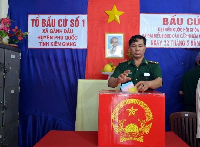 Cử tri xã Gành Dầu (Phú Quốc) bỏ phiếu bầu cử.