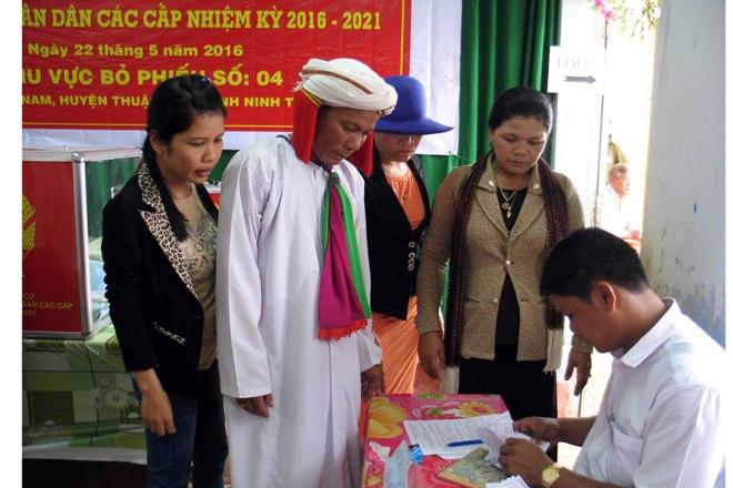 Chức sắc đồng bào Chăm ở xã Phước Nam, huyện Thuận Nam,Ninh Thuận làm thủ tục bỏ phiếu tại khu vực bỏ phiếu số 4.