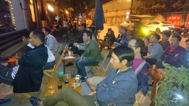 Dù không đến được sân vận động Mỹ Đình, nhưng rất nhiều cổ động viên đã tụ tập nhau ở các quán cà phê bóng đá để cổ động cho đội tuyển Việt Nam, chăm chú theo dõi từng đường bóng lăn.