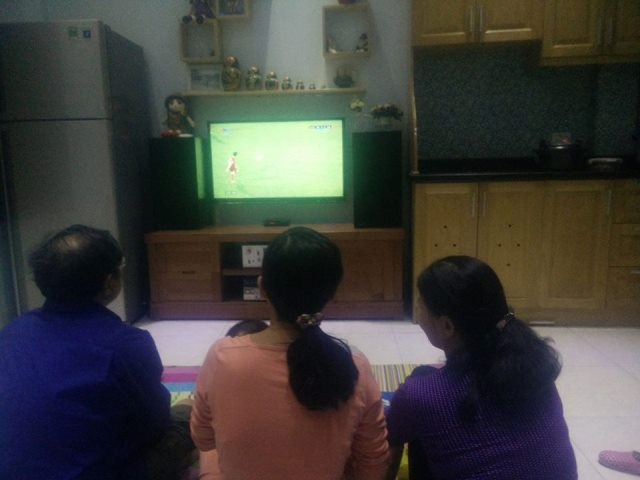 Để xem trận đấu hôm nay, bác Vũ Văn Sơn tại phường Hạ Đình, Quận Thanh Xuân, Hà Nội cho biết gia đình quyết định lùi bữa cơm tối lại, toàn tâm cổ vũ cho đội tuyển Việt Nam.