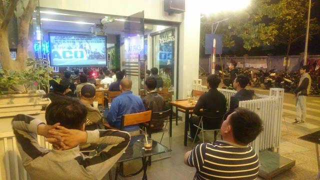 Vẻ tiếc nuối của các cổ động viên trên quán Cafe Hà, phố Lâm Hạ, quận Long Biên, Hà Nội khi tuyển Việt Nam bỏ lỡ cơ hội ghi bàn.