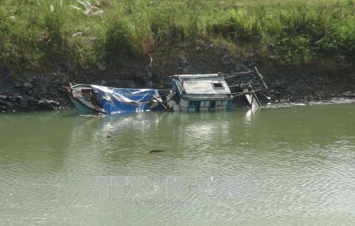 Tàu cá của ngư dân Khánh Hòa bị chìm do bão số 12.