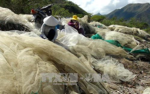 Ngư dân Khánh Hòa sắp xếp lại lưới để đi biển.
