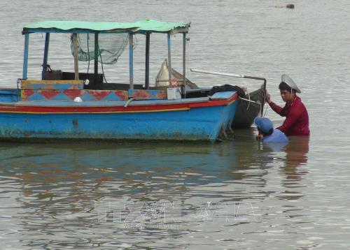 Ngư dân Khánh Hòa sửa lại tàu thuyền để đi biển.