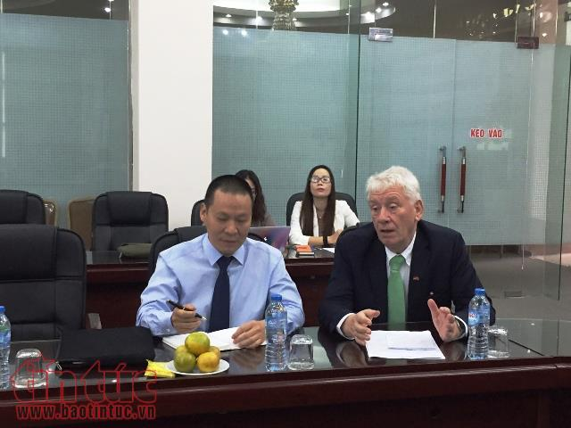 Ngài Jurgen Koppelin (phải) chia sẻ với Việt Nam kinh nghiệm vay vốn ODA của Đức.