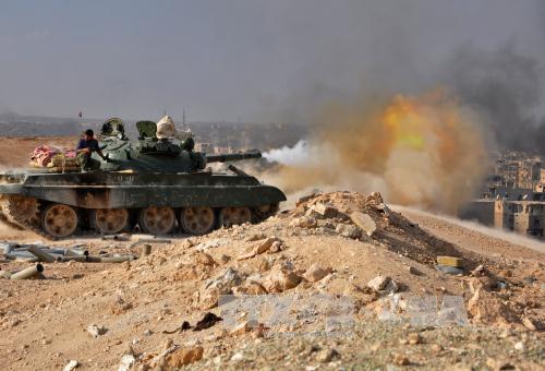 Xe tăng của Chính phủ Syria nã đạn pháo vào các mục tiêu của IS trong chiến dịch giải phóng thành phố Deir  Ezzor ngày 2/11. AFP/ TTXVN