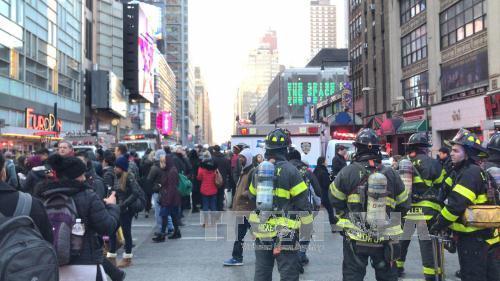 Cảnh sát và lực lượng cứu hộ làm nhiệm vụ tại hiện trường vụ nổ. Ảnh: THX/TTXVN