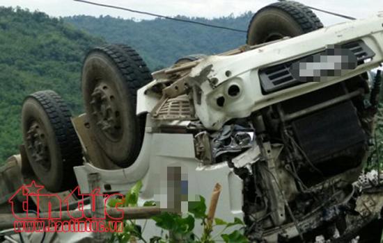 Quảng Nam: Xe đầu kéo tông dải phân cách và lật nhào, 2 người bị thương