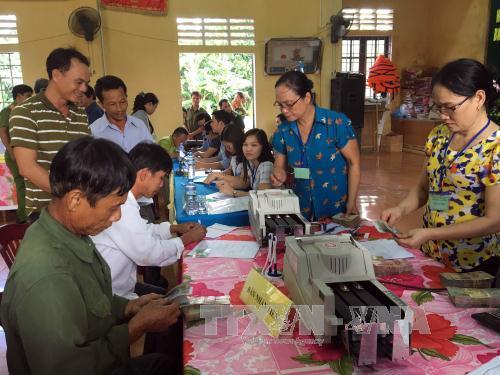 Người dân thôn Vịnh Mốc, xã Vĩnh Thạch, huyện Vinh Linh, tỉnh Quảng Trị làm thủ tục nhận tiền đền bù sự cố môi trường biển. Ảnh Trần Tĩnh/TTXVN