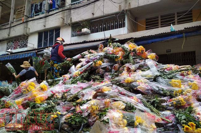 Hoa tươi đổ bỏ thành đống cao sáng 30 Tết ở chợ hoa TP Hồ Chí Minh