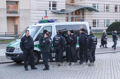 Cảnh sát Đức gác tại Cổng Brandenburg ở Berlin ngày 29/12/2017. Ảnh: THX/ TTXVN