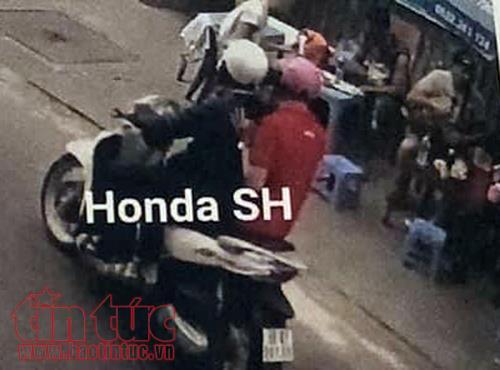 2 thanh niên đi xe máy SH đảo quanh nhiều vòng rồi ra tay cướp giật túi xách của anh Dương.