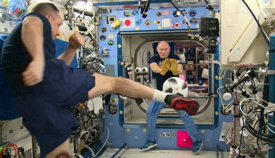 Xem phi hành gia Nga đá bóng trên trạm vũ trụ quảng bá World Cup 2018