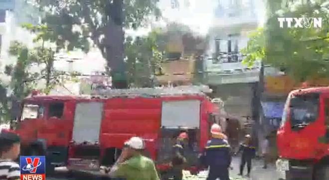 Cháy lớn căn nhà trên phố Phùng Hưng