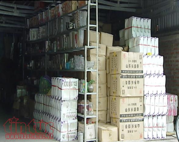Những thùng gốm, sứ Trung Quốc xếp đầy trong kho một cửa hàng tại Bát Tràng.