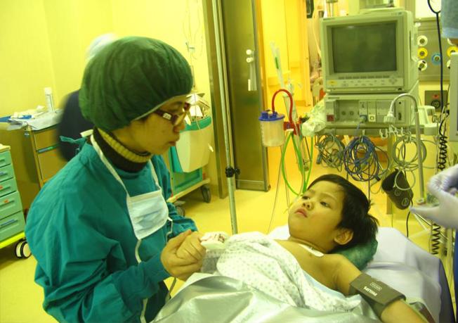 Nhà báo Mai Anh đã cùng bé Thiện Nhân trải qua hàng chục đợt phẫu thuật, điều trị ở cả trong và ngoài nước.