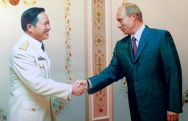 Thượng Tướng, Viện sỹ Nguyễn Huy Hiệu đồng chủ tịchvề hợp tác khoa học kỹ thuật quân sự và đồng chủ tịch Ủy ban phối hợp về Trung tâm nhiệt đới Việt - Nga đến chào tổng thống Putin tháng 7/2007 tại Maxcova.
