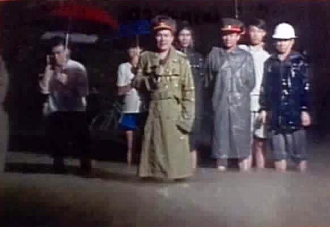 """Tướng Nguyễn HuyHiệu trảlời phỏng vấn truyền hình Việt Nam tại trận """"đại hồng thủy"""" 1999 tại miền Trung."""