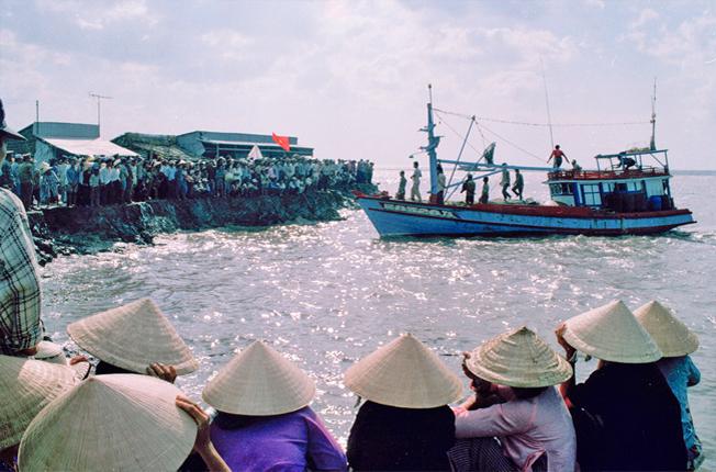 Hàng ngàn người dân chờ người thân ở cửa biển U Minh (Cà Mau) sau khi cơn bão số 5 (bão Linda) xảy ra.