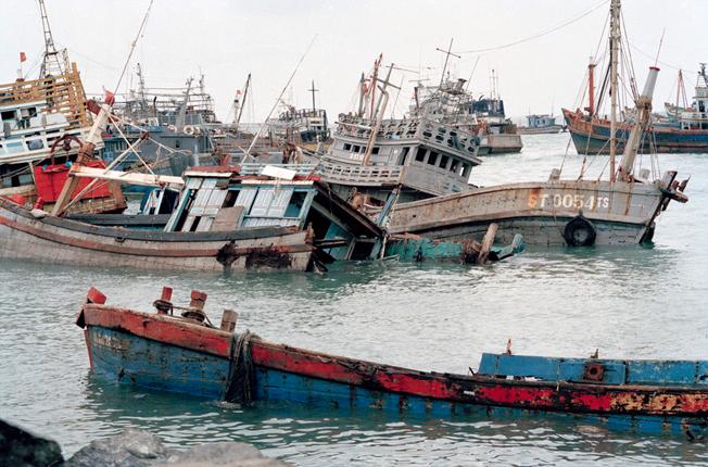 Cơn bão số 5 (Tên quốc tế Linda) gây thiệt hại về tàu, thuyền củahuyện Côn Đảo.