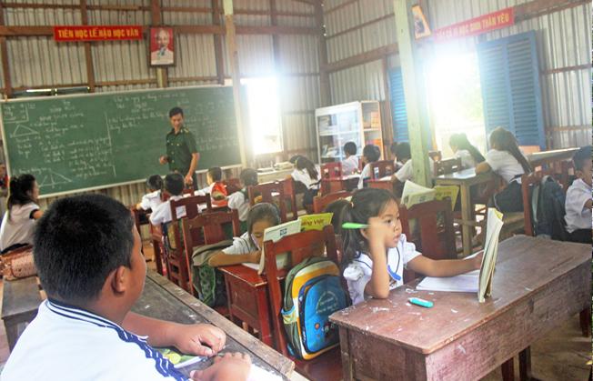 Thầy Phục dạy các em tại lớp học. Ảnh: Thu Trang