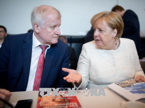 Thủ tướng Đức Angela Merkel (phải) và Chủ tịch CSU Horst Seehofer tại cuộc họp ở Berlin ngày 12/6. Ảnh: AFP/TTXVN.